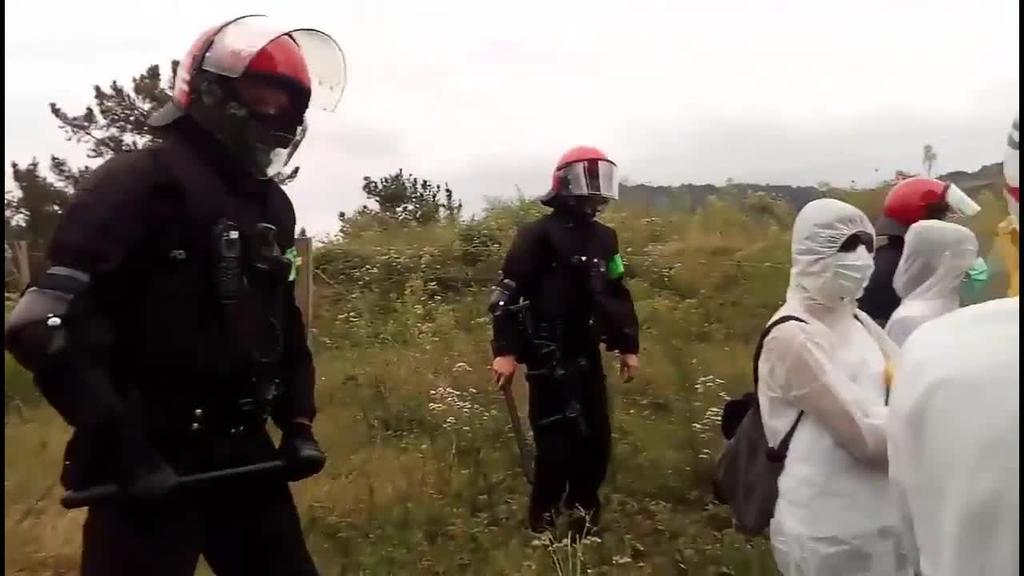 Erraustegiaren atarian, Ertzaintzak bortizki geldiarazi du Zubietako martxa