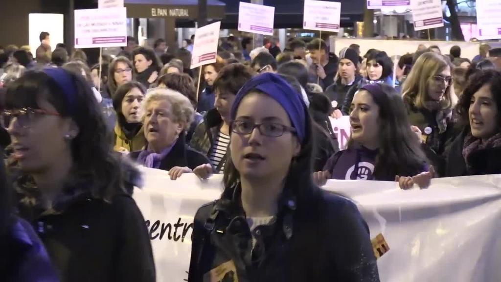 Feministez gainezka egin dute Iruñeko kaleek arratsaldean