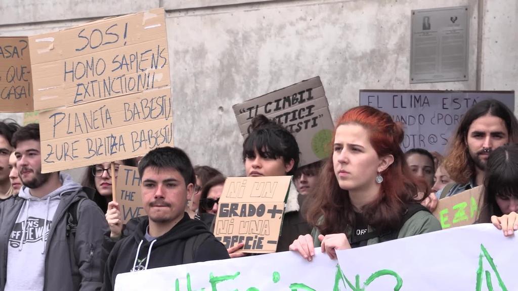 Hainbat ikaslek klima aldaketaren aurkako neurriak eskatu dituzte Donostian