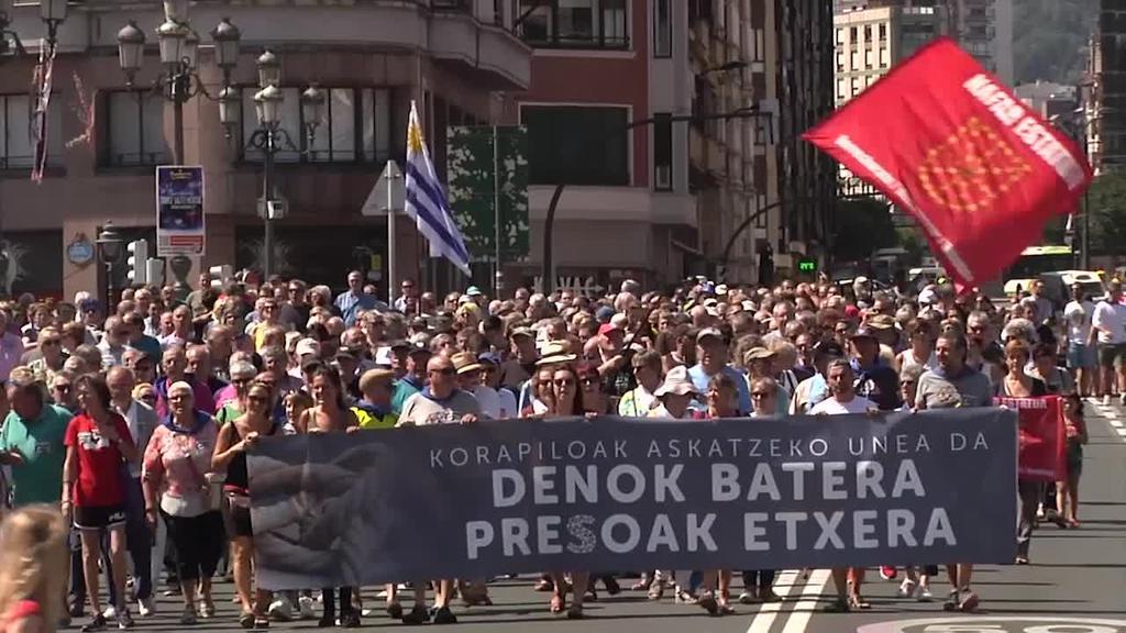 Euskal presoen aldeko aldarriak jende andana bildu du Bilboko Aste Nagusiko zazpigarren egunean