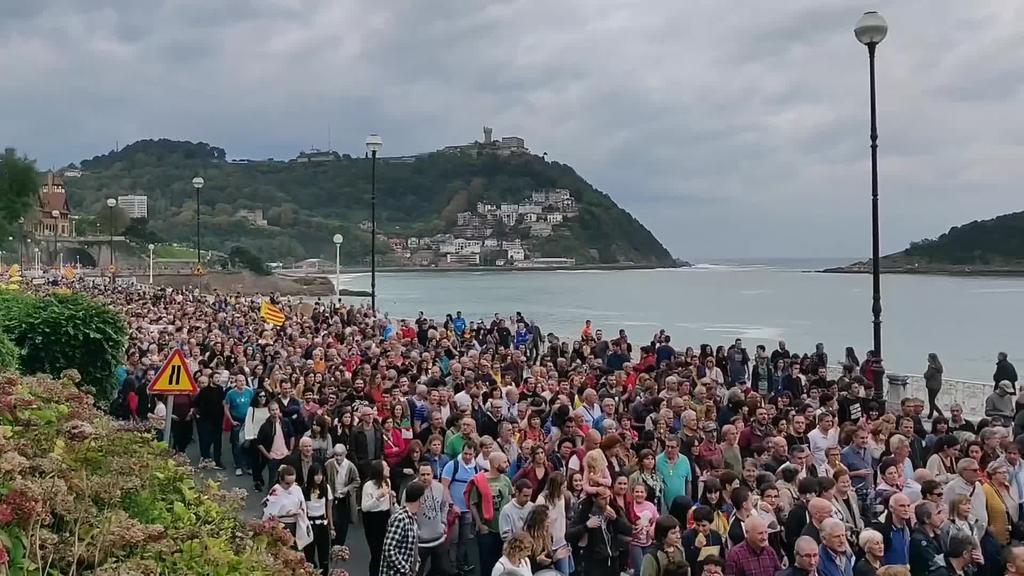 Milaka pertsona Donostian, Kataluniako buruzagi independentisten aurkako epaia salatzeko