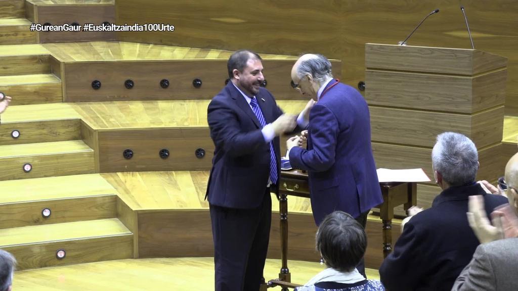 Nafarroako Parlamentuak 'Urrezko Domina' eman dio Euskaltzaindiari