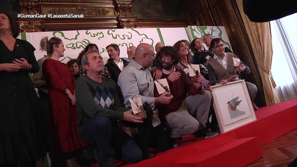 Iñigo Astiz, Pello Otxoteko eta Fermin Etxegoienek eskuratu dituzte Lauaxeta sariak