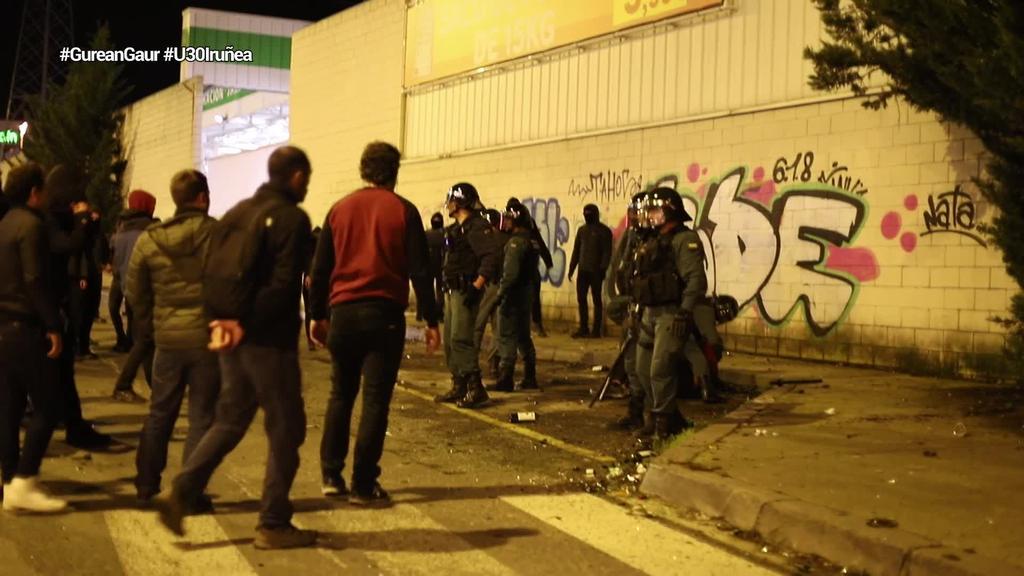 Guardia Zibilaren karga bortitzak eta 9 gazte atxilotu, Iruñeko merkatalguneko greba ekintzan