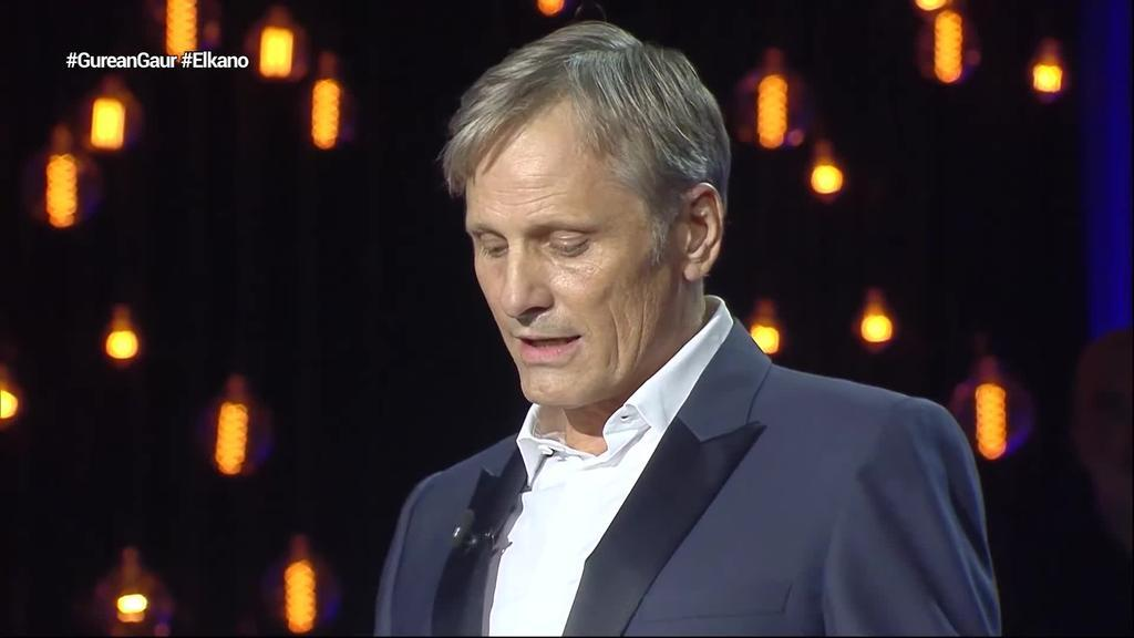 Viggo Mortensenek euskaraz eskertu dio publikoari Donostia Saria
