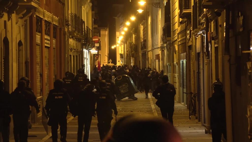 Pablo Hasel-en aldeko manifestazioa amaitzear zenean istiluak piztu dira Iruñean