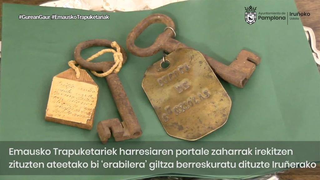 Iruñeko hiriko giltza zaharrak entregatu dizkio Emausek Udalari