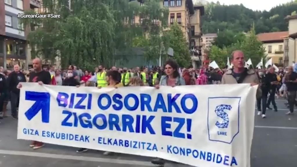 Bizi osorako espetxe zigorra ahalbidetzen duen legea salatu dute Euskal Herriko plazetan