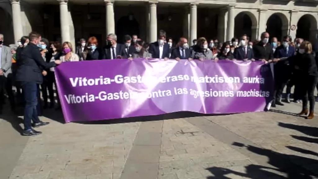 Elkarretaratzea egin dute Gasteizko Plaza Berrian, urriaren 12ko hilketa matxista gaitzesteko